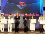 Remise des prix aux dix jeunes Vietnamiens exemplaires en 2014