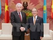 Nguyen Sinh Hung reçoit le président de la Chambre basse kazakhe