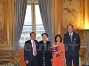 Une diplomate vietnamienne décorée de l'Ordre du Mérite français