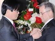 Remise de l'Insigne pour la paix et l'amitié à l'ancien ambassadeur d'Iran