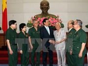 Nguyen Tan Dung rencontre d'anciens combattants et jeunes volontaires