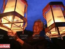 A Cao Viên, on fabrique des lanternes tournantes