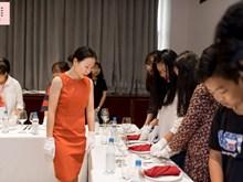 Des cours qui enseignent la courtoisie et le protocole au Vietnam