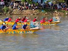 Tet: festival de course de pirogues sur la rivière Go Boi