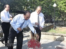Le Premier ministre offre de l'encens au Cimetière national des morts pour la Patrie de Truong Son