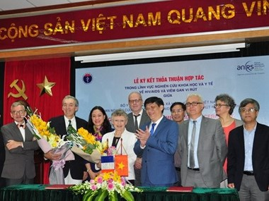 Vietnam – France : signature d'un protocole d'accord dans la recherche scientifique sur le VIH