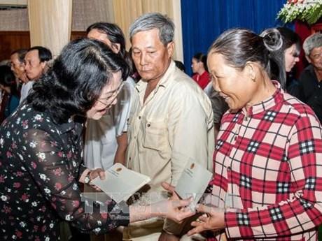 Dang Thi Ngoc Thinh remet des cadeaux à des personnes démunies à An Giang