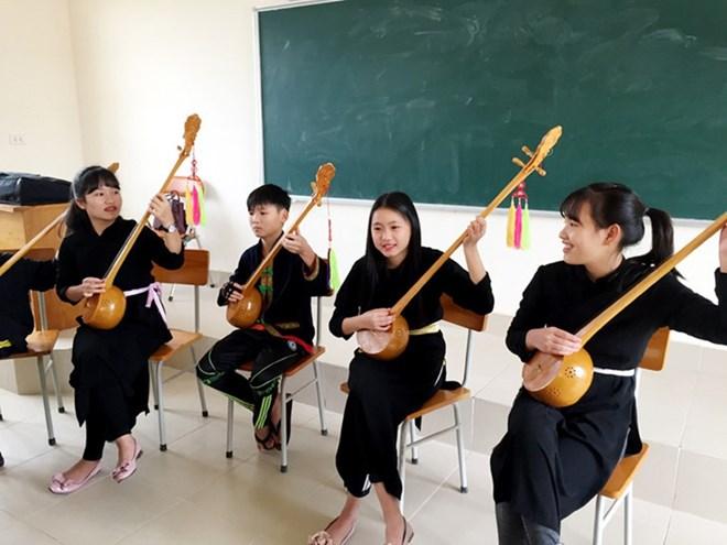 la musique ethnique entre dans des salles de classe quang ninh vietnam vietnamplus. Black Bedroom Furniture Sets. Home Design Ideas